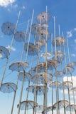Η εγκατάσταση ομπρελών στη νέα προκυμαία Θεσσαλονίκης που δημιουργείται από το George Zongolopoulos το 1997, Ελλάδα στοκ εικόνες