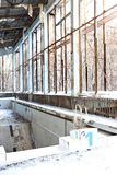 Η εγκαταλειμμένη και λίμνη αθλητισμός σύνθετος σε Pripyat μετά από το ατύχημα του Τσέρνομπιλ στην Ουκρανία το 1986 στοκ φωτογραφία