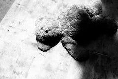 Η εγκαταλειμμένη κούκλα teddy αντέχει τη μοναξιά και την άστεγη έννοια Στοκ φωτογραφία με δικαίωμα ελεύθερης χρήσης