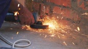 Η εγκύκλιος είδε το μέταλλο περικοπών σε αργή κίνηση Τέμνον μέταλλο εργαζομένων με το κυκλικό πριόνι με τους σπινθήρες που πετούν απόθεμα βίντεο