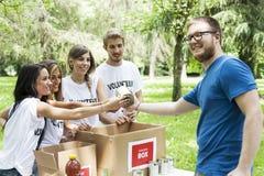Η εθελοντική ομάδα λαμβάνει τη δωρεά τροφίμων Στοκ φωτογραφία με δικαίωμα ελεύθερης χρήσης