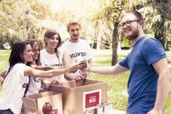 Η εθελοντική ομάδα λαμβάνει τη δωρεά τροφίμων Στοκ εικόνες με δικαίωμα ελεύθερης χρήσης
