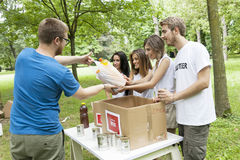 Η εθελοντική ομάδα λαμβάνει τη δωρεά τροφίμων Στοκ Εικόνα