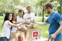 Η εθελοντική ομάδα λαμβάνει τη δωρεά τροφίμων Στοκ φωτογραφίες με δικαίωμα ελεύθερης χρήσης