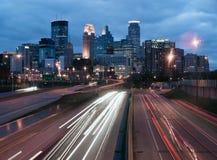 Η εθνική οδός φέρνει τα αυτοκίνητα και τα φορτηγά σε και από τη Μινεάπολη Στοκ Εικόνες