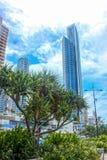 Η εικονική παράσταση πόλης Queenland Αυστραλία Gold Coast ενάντια στο νεφελώδη μπλε ουρανό στοκ φωτογραφία με δικαίωμα ελεύθερης χρήσης