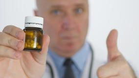 Η εικόνα γιατρών φυλλομετρεί να παρουσιάσει φάρμακα συστήνοντας τη νέα επεξεργασία χαπιών απόθεμα βίντεο