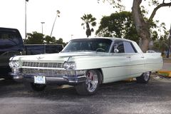 Η εικόνα ενός εκλεκτής ποιότητας Cadillac σε ένα αυτοκίνητο παρουσιάζει Στοκ Εικόνα