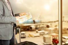 Η εικόνα ενός στενού επάνω ατόμου ψάχνει τις κατευθύνσεις στο χάρτη στον αερολιμένα στοκ φωτογραφίες