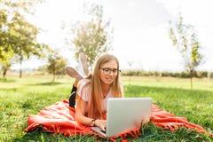 Η εικόνα ενός όμορφου σπουδαστή κοριτσιών με τα γυαλιά, ο οποίος εργάζεται στοκ εικόνες με δικαίωμα ελεύθερης χρήσης