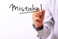 Η εικόνα επιχειρησιακής έννοιας ενός δείκτη εκμετάλλευσης χεριών και γράφει το λάθος που απομονώνεται στο λευκό στοκ φωτογραφία με δικαίωμα ελεύθερης χρήσης