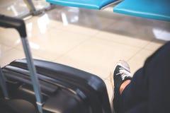 Η εικόνα κινηματογραφήσεων σε πρώτο πλάνο μιας συνεδρίασης ατόμων και η αναμονή για αναχωρούν από τον αερολιμένα Στοκ φωτογραφίες με δικαίωμα ελεύθερης χρήσης