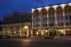 Η εικόνα ξημερωμάτων στο κέντρο της πόλης Broadway, με το ξενοδοχείο upscale, το εστιατόριο και τις καφετερίες άναψε επάνω πριν α στοκ φωτογραφίες