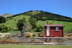 Η εικόνα ταξιδιού του τουρίστα επισκέπτεται το μικρό σταθμό τρένου ποταμών στη Νέα Ζηλανδία στοκ φωτογραφίες
