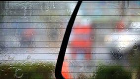 Η εικόνα της βροχής ρίχνει να αφορήσει ένα παράθυρο αυτοκινήτων με να κάνει ψηκτρών αυτοκινήτων απόθεμα βίντεο