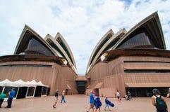 Η εικόνα της Όπερας του Σίδνεϊ κατά την μπροστινή άποψη με τη νεφελώδη ημέρα ουρανού την ημέρα της Αυστραλίας Στοκ Εικόνα