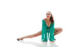 Η εικόνα του αισθησιακού χορευτή σε πράσινο πηγαίνω-πηγαίνει κοστούμι Στοκ Εικόνες