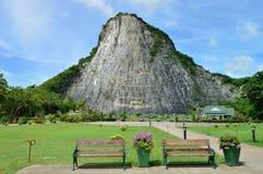 Η εικόνα του Βούδα απότομων βράχων λέιζερ στο βουνό Cheechan, Pattaya Στοκ εικόνες με δικαίωμα ελεύθερης χρήσης