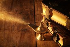 Η εικόνα του μαγικού λαμπτήρα aladdin με ακτινοβολεί καπνός Λαμπτήρας των επιθυμιών Στοκ φωτογραφία με δικαίωμα ελεύθερης χρήσης