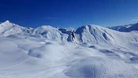 Η εικόνα του χιονοδρομικού κέντρου το χειμώνα με τα χιονισμένα βουνά και χύνει στοκ φωτογραφίες με δικαίωμα ελεύθερης χρήσης