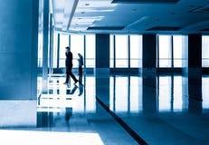 Η εικόνα των σκιαγραφιών ανθρώπων το κτίριο γραφείων Στοκ εικόνες με δικαίωμα ελεύθερης χρήσης