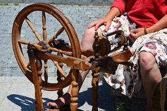 Η λειτουργική ιστορική περιστρεφόμενη ρόδα που χρησιμοποιήθηκε για την παραγωγή νημάτων στο φεστιβάλ των μεσαιωνικών και παραδοσι Στοκ Εικόνα