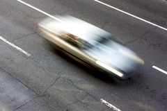 η ειδική επιτάχυνση σκηνής ακρών του δρόμου φωτογραφιών κινήσεων εστίασης αυτοκινήτων φ θαμπάδων peterburg sant τόνισε το Χ Στοκ Εικόνα