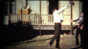 (η δεκαετία του '50 8mm τρύγος) τύποι που παίζουν το ποδόσφαιρο στο μπροστινό ναυπηγείο στα ενδύματα φορεμάτων απόθεμα βίντεο