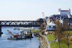 Η εκβάθυνση η κοίτη του ποταμού σε Δούναβη, Μπρατισλάβα Στοκ Εικόνα