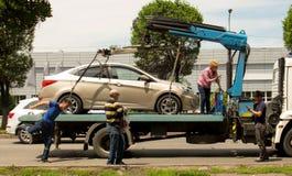 Η εκκένωση αυτοκινήτων, γυναίκα ορκίζεται με ένα φορτηγό ρυμούλκησης στοκ φωτογραφία με δικαίωμα ελεύθερης χρήσης