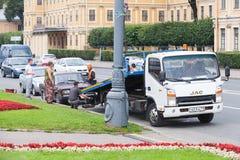 Η εκκένωση αυτοκινήτων, εργαζόμενοι είναι κοντά στο φορτηγό Στοκ φωτογραφία με δικαίωμα ελεύθερης χρήσης