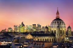 Η εκκλησία Αγίου Αυγουστίνος με τους σύγχρονους ουρανοξύστες της αμυντικής περιοχής επιχειρησιακού Λα στο υπόβαθρο, Γαλλία Στοκ Φωτογραφίες