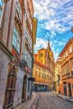 Η εκκλησία Αγίου Giles σε μια στενή οδό της Πράγας, κανένα peopl στοκ εικόνα