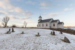 Η εκκλησία και το νεκροταφείο κοινοτήτων Gimsoy σε Lofoten, Νορβηγία Στοκ Φωτογραφίες