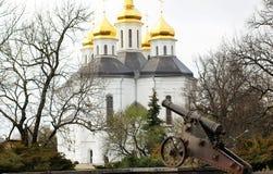 Η εκκλησία με τους χρυσούς θόλους στο πάρκο στοκ φωτογραφία