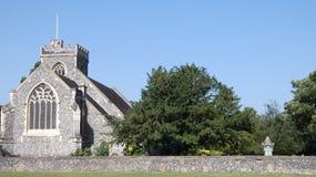 Η εκκλησία μια πράσινη και μεγάλη ημέρα για έναν γάμο στοκ εικόνα με δικαίωμα ελεύθερης χρήσης