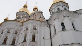 Η εκκλησία του Nativity, πύργοι, τοίχοι είναι καφετιά που λιθοστρώνεται από το μισό και το λευκό από το μισό, εικόνες ημικυκλικά  απόθεμα βίντεο