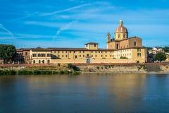 Η εκκλησία του SAN Frediano και του ποταμού Arno, Φλωρεντία, Ιταλία στοκ εικόνες