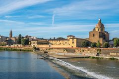 Η εκκλησία του SAN Frediano και spillway ποταμών Arno, Φλωρεντία στοκ φωτογραφία