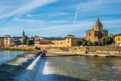 Η εκκλησία του SAN Frediano και spillway ποταμών Arno, Φλωρεντία στοκ εικόνα με δικαίωμα ελεύθερης χρήσης
