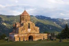 Η εκκλησία Odzun και παλαιό νεκροταφείο, χωριό Odzun της περιοχής της Lori της Αρμενίας στοκ φωτογραφία με δικαίωμα ελεύθερης χρήσης