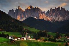 Η εκκλησία Santa Maddalena με την εντυπωσιακή ομάδα βουνών Odle στο υπόβαθρο, στο ηλιοβασίλεμα στοκ εικόνες