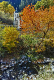 19η εκκλησία αιώνα της υπόθεσης, του ποταμού και του δέντρου φθινοπώρου στην πόλη Shiroka Laka, Βουλγαρία Στοκ εικόνες με δικαίωμα ελεύθερης χρήσης