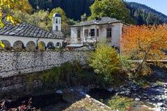 19η εκκλησία αιώνα της υπόθεσης, του ποταμού και του δέντρου φθινοπώρου στην πόλη Shiroka Laka, Βουλγαρία Στοκ Φωτογραφίες