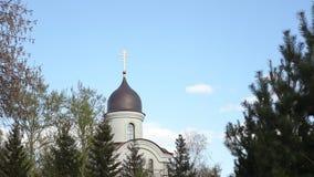 Η εκκλησία ενάντια στον ουρανό απόθεμα βίντεο