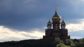 Η εκκλησία και ο ουρανός με τα σύννεφα φιλμ μικρού μήκους
