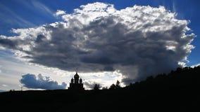 Η εκκλησία και ο ουρανός με τα σύννεφα απόθεμα βίντεο