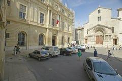 Η εκκλησία του ST Trophime (πόρτες οικοδόμησης w/brown), Arles, Γαλλία Στοκ εικόνες με δικαίωμα ελεύθερης χρήσης