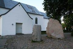 Η εκκλησία Jelling και των ρουνικών πετρών του στοκ εικόνες