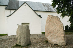 Η εκκλησία Jelling και των ρουνικών πετρών του στοκ φωτογραφία